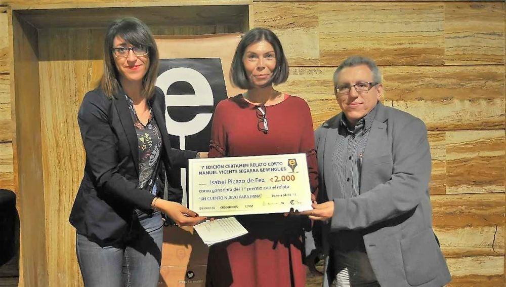 Isabel Picazo de Fez -en el centro- ganadora del I Certamen Literario de Relato Corto 'Manuel Vicente Segarra Berenguer'