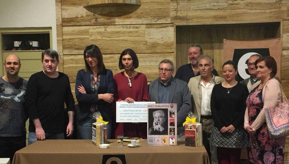 La escitora ganadora con miembros de la Escritores en su Tinta, familiares de Manuel Vicente Segarra y representantes del Ayuntamiento de Elche