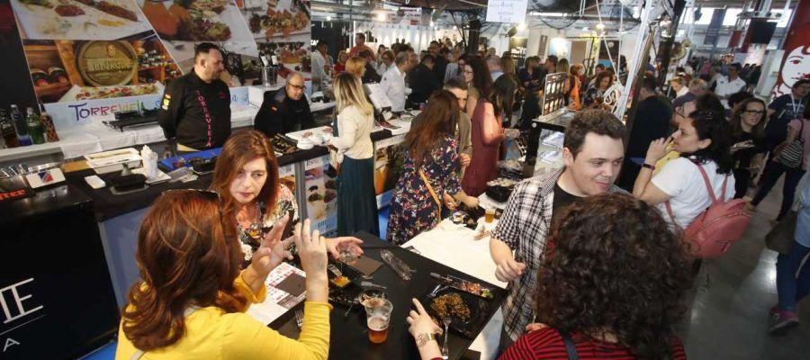 Ciudadanos degustan tapas en la primera edición de Alicante Gastronómica