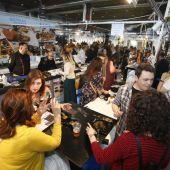 Ciudadanos degustan tapas en una edición de Alicante Gastronómica.