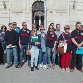 Concentración de bomberos y familiares frente a la Diputación de Ciudad Real
