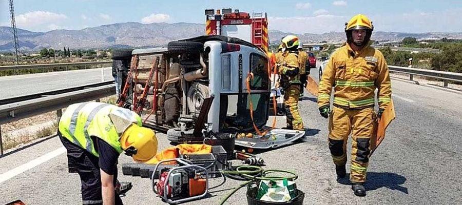 Bomberos en el lugar del accidente de circulación en la AP-7 a la altura de Crevillent