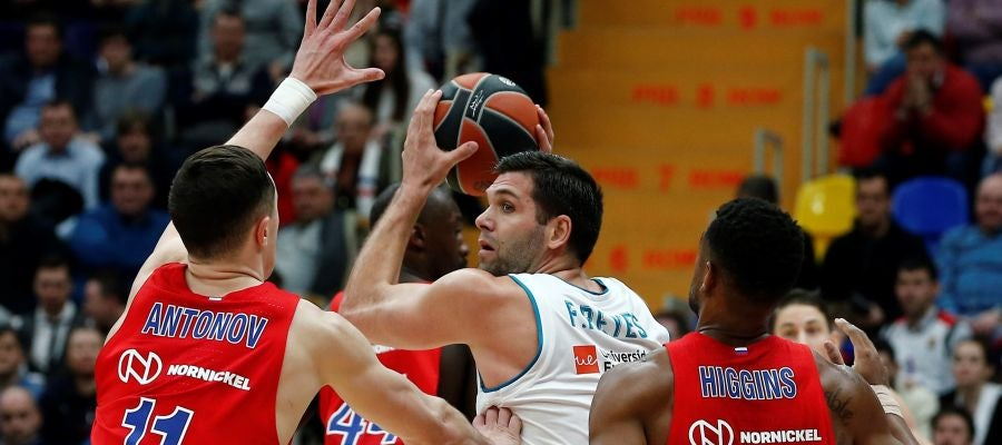 Felipe Reyes busca a un compañero ante el CSKA