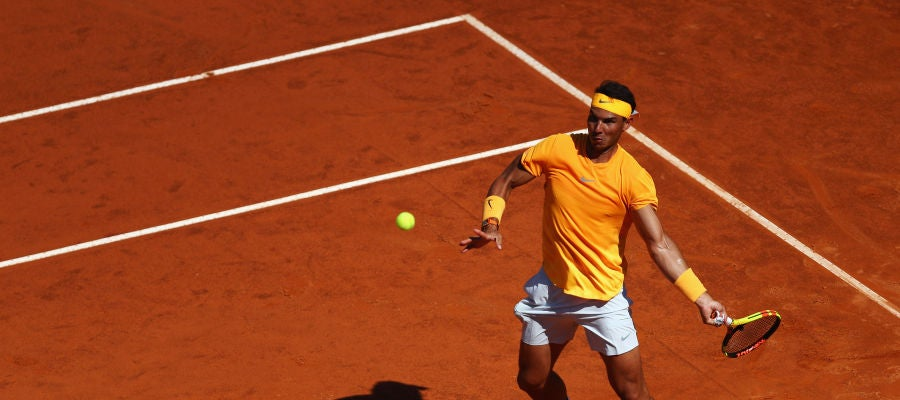Rafa Nadal golpea la bola en su duelo contra Djokovic