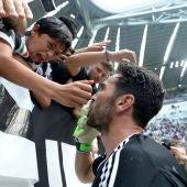 Buffon se despide de un joven aficionado de la Juventus en su último partido