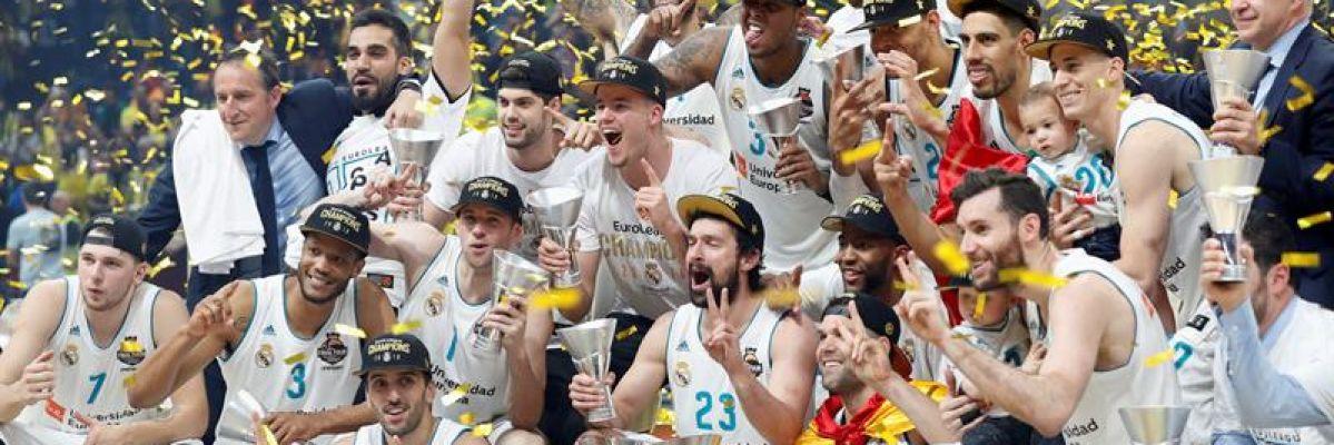 Los jugadores del Real Madrid de Baloncesto celebran la consecución de la décima