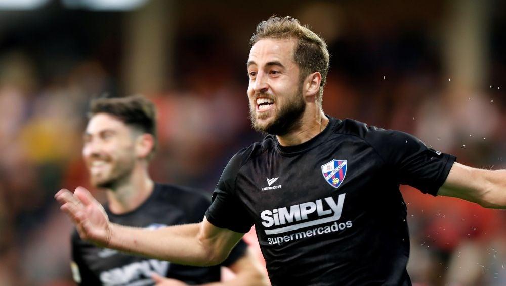 Pulido celebra uno de los goles del Huesca