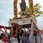 Los vecinos de Valverde levantaron la imagen de la Virgen de Alarcos durante la procesión