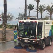 Un camión de EMAYA limpiando las calles de la ciudad