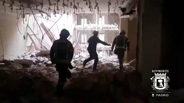Los Bomberos buscan a dos obreros atrapados tras el derrumbe de un edificio en rehabilitación en Madrid