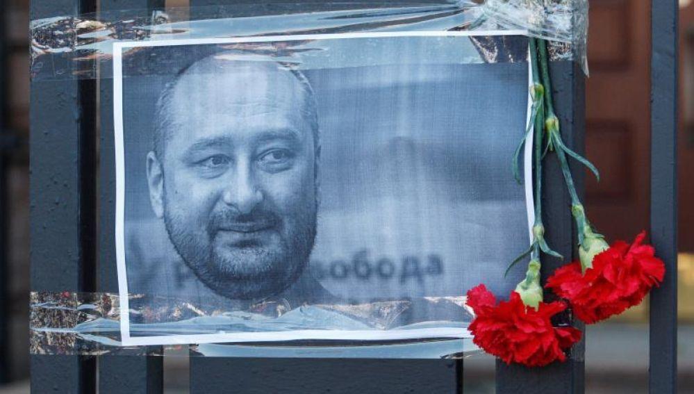 El periodista opositor ruso que fue dado muerto en Kiev y que reapareció en una rueda de prensa
