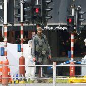 Agentes de policía forense belga investigan el lugar de un tiroteo en Lieja, Bélgica