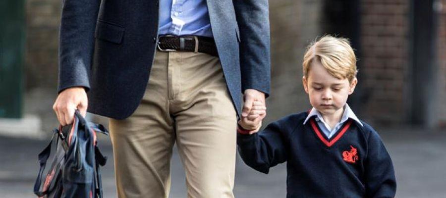El príncipe Jorge de la mano de su padre, el príncipe Guillermo