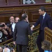 Mariano Rajoy saluda a Pedro Sánchez tras convertirse en presidente del Gobierno