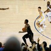 LeBron James increpa a JR Smith durante el Warriors-Cavaliers