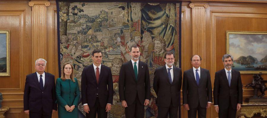 El nuevo presidente del Gobierno, Pedro Sáhchez, posa junto al rey Felipe