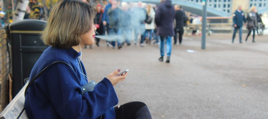 Chica joven fumando