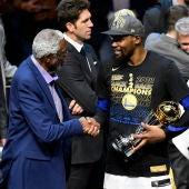 Bill Russell entrega el premio a mejor jugador de las Finales a Kevin Durant