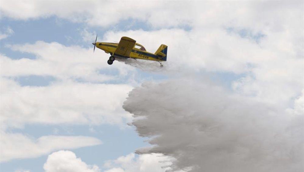 Una avioneta realiza una descarga durante la presentación del dispositivo de lucha contra incendios en Baleares.