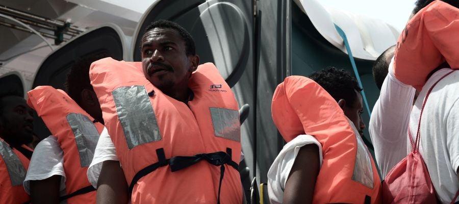 """Varios de los 629 inmigrantes rescatados a bordo del barco """"Aquarius"""""""