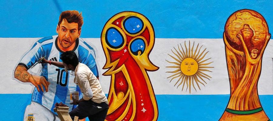 Un mural con Leo Messi, estrella de Argentina, y la Copa del Mundo