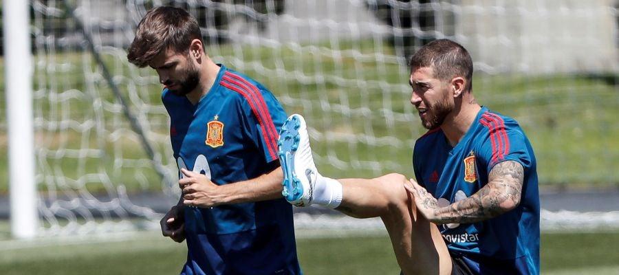 Sergio Ramos y Piqué, en un entrenamiento en Krasnodar