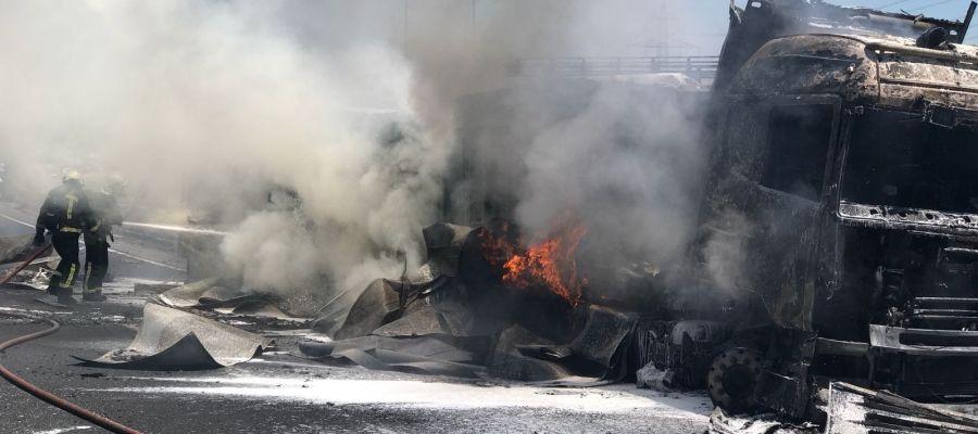 Los servicios de emergencias trabajan en el camión accidentado en la A-1
