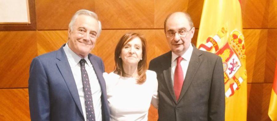La delegada del Gobierno, Carmen Sánchez, con el presidente Lambán y el portavoz del PSOE en las Cortes, Javier Sad