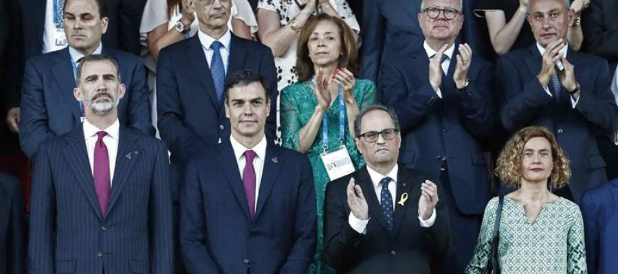 El Rey Felipe VI, Pedro Sánchez, Quim Torra y Meritxell Batet durante la inauguración de los Juegos del Mediterráneo