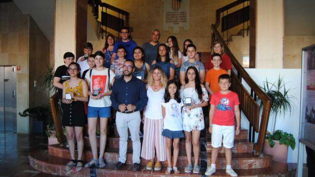 L´alcalde José Benlloch i la regidora de Participació Gemma Gil junt amb representats dels consells de xiquets i xiquetes.