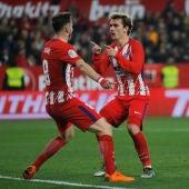 Saúl y Griezmann celebran un gol