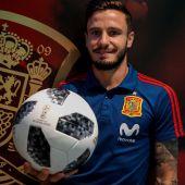 Saúl posa con el escudo de la Selección detrás