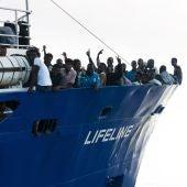 Barco de la ONG Lifeline con 230 migrantes a bordo