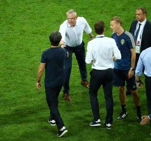 Los banquillos de Alemania y Suecia, tras el gol de Kroos