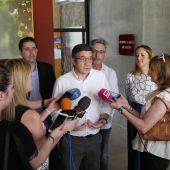 Patxi López atendiendo a la presnsa antes de participar en un acto público del PSOE en Valdepeñas