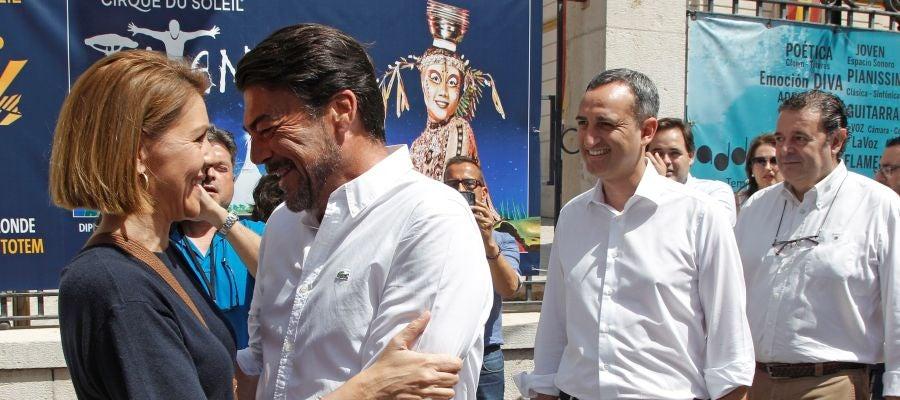 María Dolores de Cospedal, saluda al alcalde de Alicante, Luis Barcala, en presencia del Presidente de la Diputación de Alicante, César Sánchez