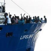 Imagen cedida por la ONG alemana Lifeline que muestra a los migrantes rescatados en aguas internacionales del Mar Mediterráneo