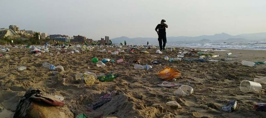 Basura acumulada en la playa El Carabassí de Elche tras la celebración de la noche de San Juan