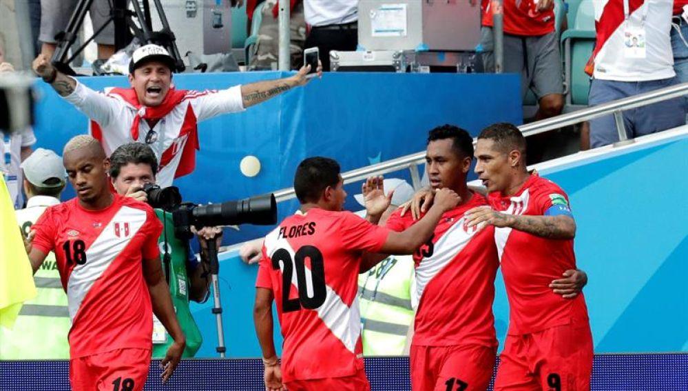 Los jugadores de Perú celebran un gol ante Australia