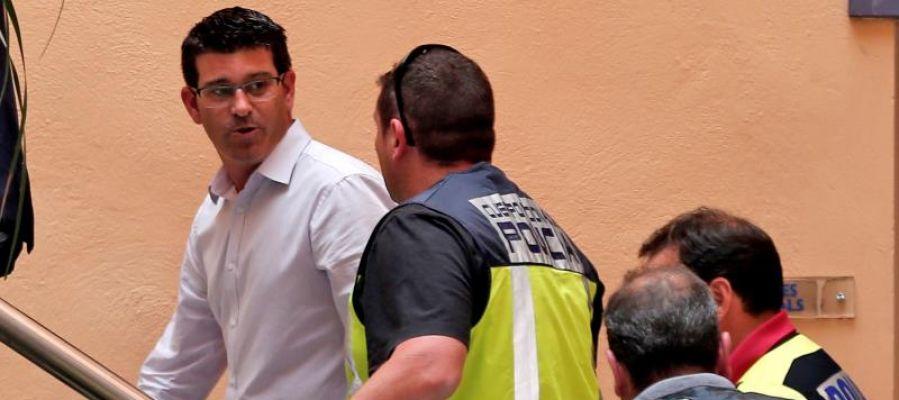 El alcalde de Ontinyent y presidente de la diputación de Valencia, Jorge Rodríguez, llega al ayuntamiento custodiado por agentes de la UDEF