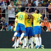 Los jugadores de Brasil celebran un tanto ante Serbia