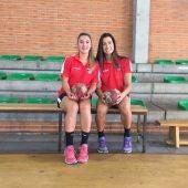 África Sempere y Lara González, en el Campus Elite Handball desarrollado en el polideportivo Isabel Fernández de Torrellano.