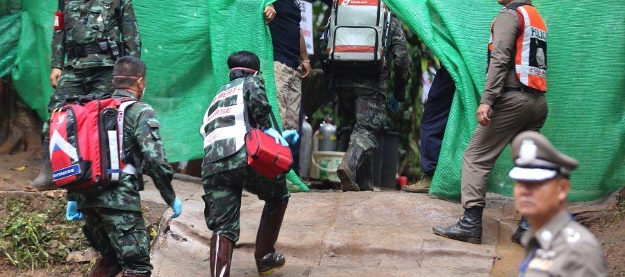Personal médico accede a una zona restringida durante el rescate en Tailandia