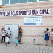 Lara González, junto a su familia, en el momento en el que se descubre la placa que dará nombre al Pabellón Polideportivo de Santa Pola.