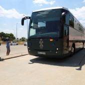 El autobús de la Guardia Civil que transporta a los exconsellers catalanes de Presidencia Jordi Turull, de Interior Joaquim Forn y de Territorio Josep Rull