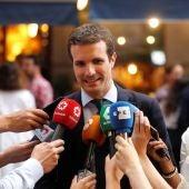 El candidato a la Presidencia del PP Pablo Casado atiende a los medios a su llegada