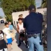 El policía apuntando a los niños de once años