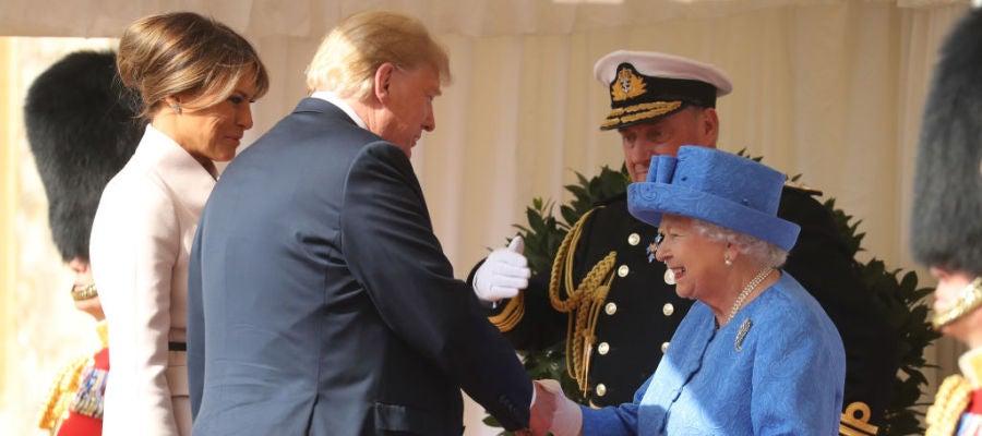Donald Trump y su mujer, Melania, saludan a la Reina Isabel II