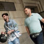 José Ángel Prenda y Jesús Escudero salen de los juzgados de Sevilla