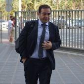 El director general del IVF, Manuel Illueca, llegando a la Ciudad de la Justicia de Elche.